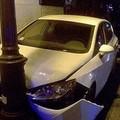 Incidente in corso Garibaldi, un'auto si schianta contro un palo
