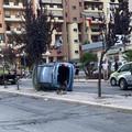 A Barletta si ribalta un'auto dopo un tentativo di sorpasso in via Lattanzio