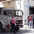 Barletta, camion senza guidatore travolge auto in via Regina Margherita
