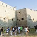 """""""Intra Moenia """", la fortezza di Barletta osservata dal basso verso l'alto"""