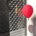 Davanti al cinema spunta uno strano palloncino rosso