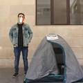 Sciopero della fame, la protesta di Angelo sotto Palazzo di Città: #IoSonoEssenziale