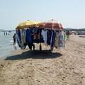 Potere al popolo, incontro con i lavoratori ambulanti sulla spiaggia di Barletta