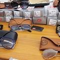 Un carico di occhiali da sole griffati scoperti lungo la statale 170