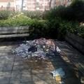 Cumuli di rifiuti nel parco di via Barberini