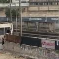 Incoscienti attraversano il passaggio a livello chiuso di via Andria, ecco il video