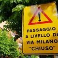 Passaggio a livello di via Milano chiuso, ma quanti disagi