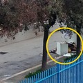 Mobili e cianfrusaglie abbandonati come rifiuti per strada