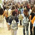 Caos all'uscita da scuola, il problema continua