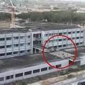 Ragazzini a spasso sul tetto della scuola incompleta