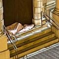 Rannicchiato sulle scale dell'ex ospedale, scatta la solidarietà