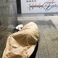 Nessuno ha notato il senzatetto che dormiva in stazione
