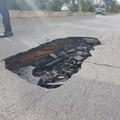 Improvviso cedimento del manto stradale sulla litoranea di Levante