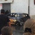 Automobile in fiamme in via Achille Bruni, fumo nero per strada