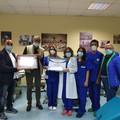 Consegnati gli attestati di apprezzamento IHRC al Centro Trasfusionale di Barletta, Caritas e AVIS