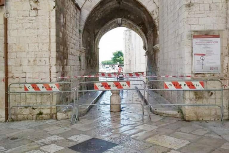 Cattedrale di Barletta, chiuso il passaggio pedonale sotto il campanile