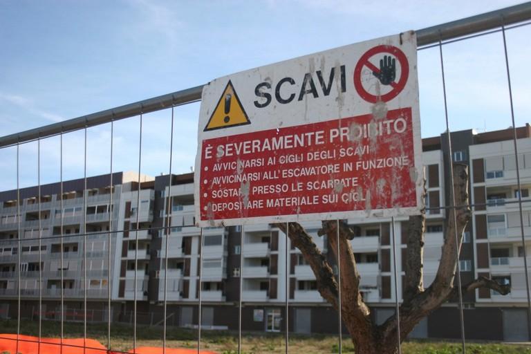 Cantiere per il nuovo campo sportivo polivalente in via degli Ulivi. <span>Foto Ida Vinella</span>