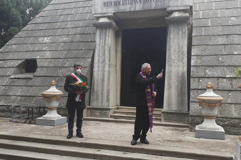 Sindaco e vescovo al cimitero