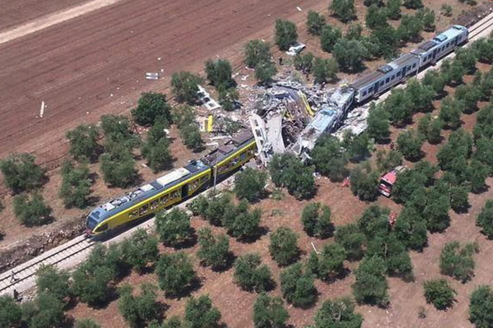 Terribile incidente sulla Bari-Nord, scontro frontale tra due treni