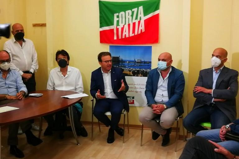 Dario Damiani con i componenti locali del partito