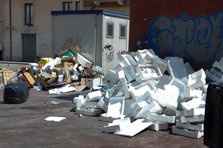 Piazza Divittorio invasa dai rifiuti