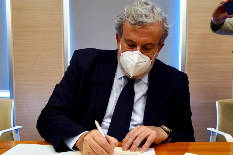 Emiliano firma vaccini in azienda