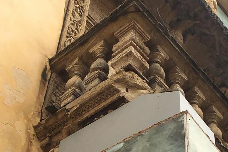 Per la forte pioggia si stacca un pezzo del balcone di Palazzo Della Marra