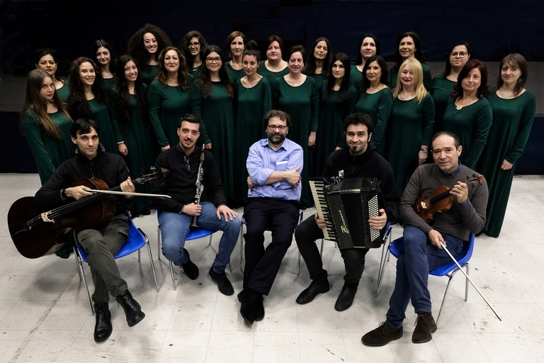 Francesco Lotoro (al centro) con l'Ilse Weber Choir e l'ensemble Lagerkapelle - Ph. Mirella Caldarone