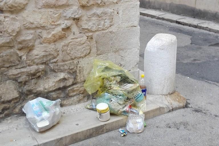 Spuntano rifiuti tra via Pistergola e vico Lepanto
