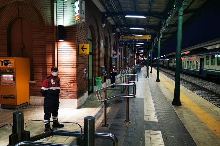 Volontari dell'Anps controllano la stazione di Barletta