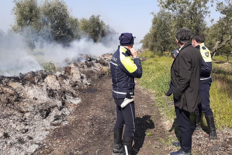 Sindaco e forze dell'ordine sul luogo dell'incendio