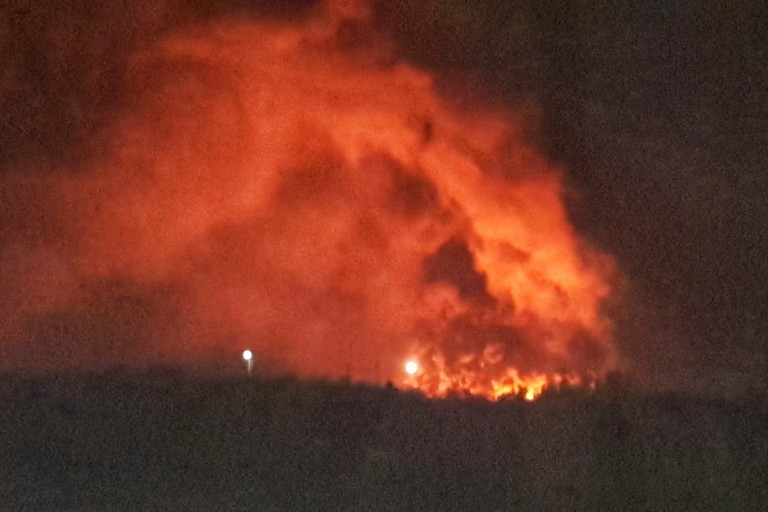 Pauroso incendio sulla Andria-Barletta, fiamme e fumo invadono la zona
