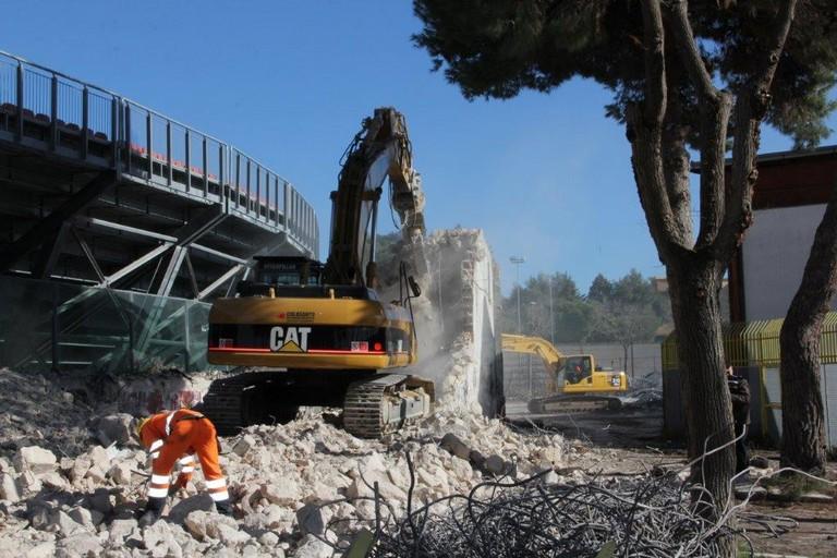 Demolizione delle vecchie tribune allo stadio