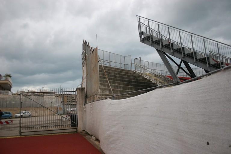 Addio vecchie tribune allo stadio