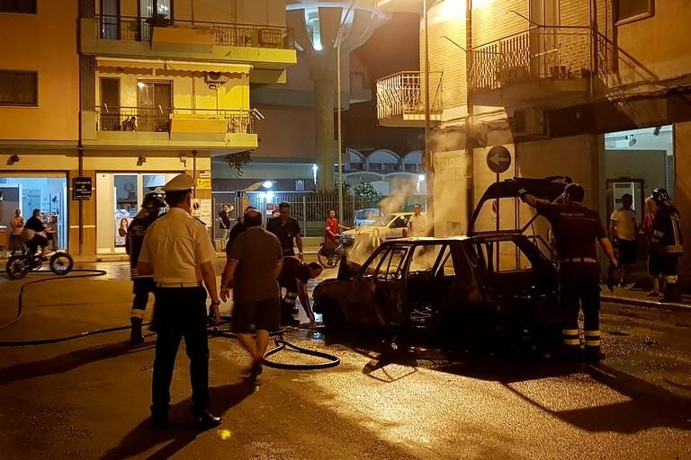 Incendio in via Risorgimento, auto in fiamme