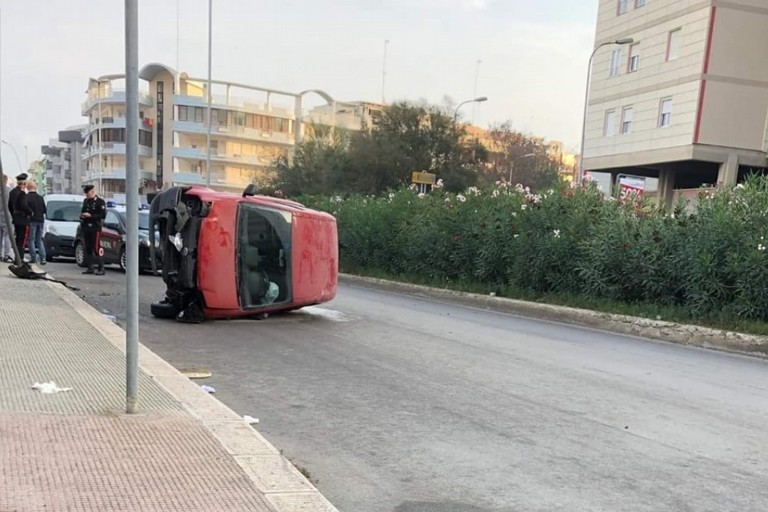 Automobile ribaltata