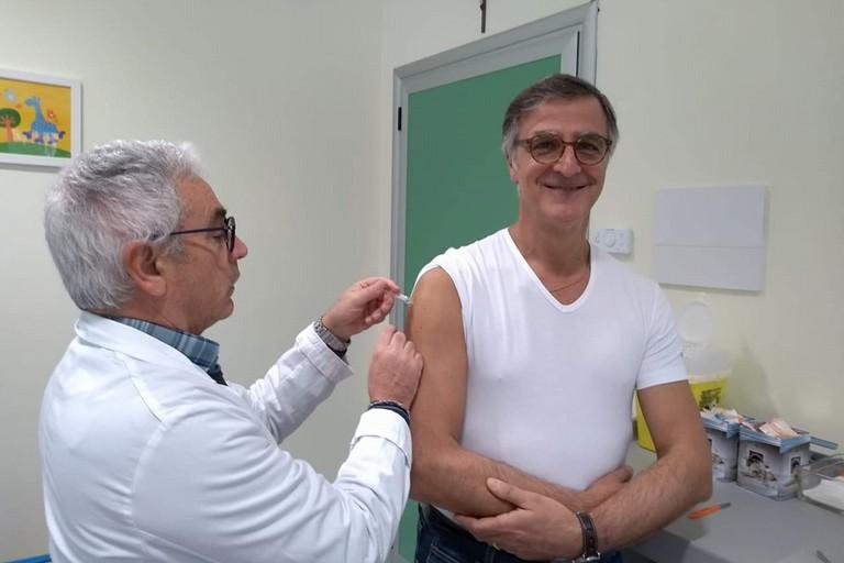 Il Dr. Riccardo Matera si vaccina