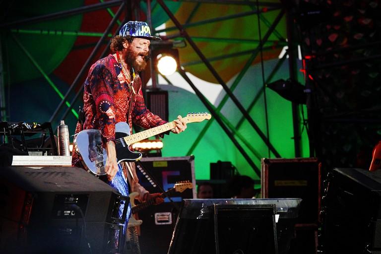 Lorenzo Cherubini Jovanotti a Barletta con la sua chitarra per il Jova Beach Party