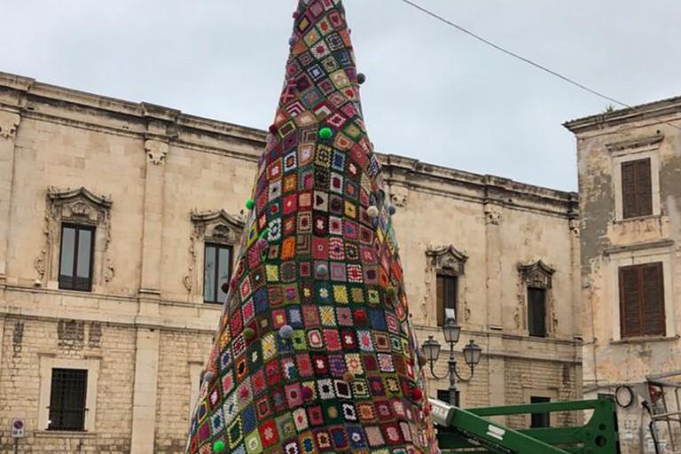 Pronto a Barletta l'albero natalizio fatto all'uncinetto