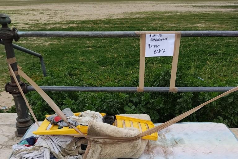 Materasso buttato in spiaggia, recupero da parte dei volontari Legambiente