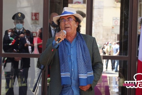 2 giugno, Al Bano ospite a sorpresa a Barletta canta l'inno nazionale