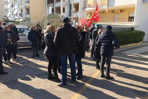 La protesta dei lavoratori dell'Agenzia delle Entrate di Barletta