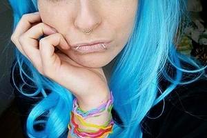Ragazza dai capelli blu