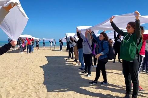 Stop plastic, flash mob di Greenpeace sulla spiaggia di Barletta