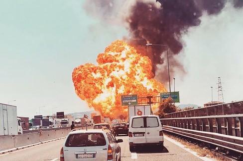 Le terribili immagini dell'incidente stradale a Bologna