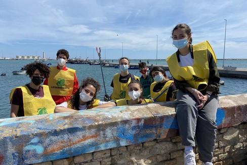 Legambiente, a Barletta i ragazzi ripuliscono la spiaggia