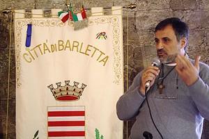 Padre Saverio Paolillo con stendardo Barletta