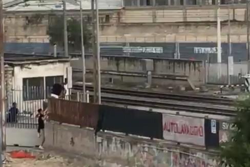 Incoscienti attraversano il passaggio a livello chiuso di via Andria