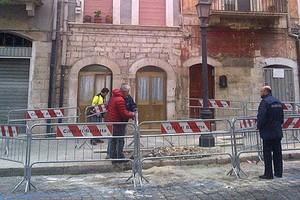 Evacuazione in via Cavour poer alcune infiltrazioni dalle fogne