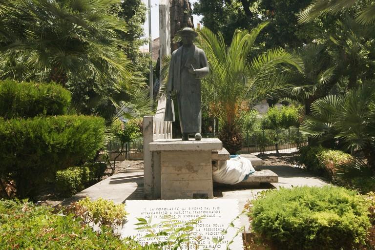 Statua di Mons. Damato in Piazza Plebiscito